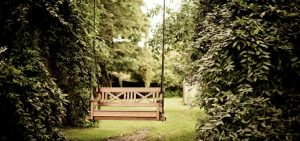 Huśtawki ogrodowe - dlaczego marzymy o huśtawce do ogrodu