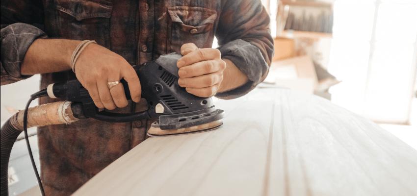 Jak impregnować drewno? Metody impregnacji drewna - szlifowanie